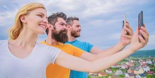 Жизнерадостные студенты на каникулах имея потеху делая фото небом назад стоковое изображение rf