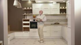 Жизнерадостные танцы старика в кухне акции видеоматериалы