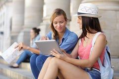 Жизнерадостные туристские женские друзья принимая фото сами Стоковые Фото