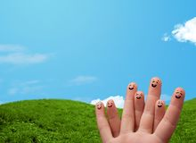 Жизнерадостные smileys пальца с пейзажем ландшафта на предпосылке стоковое фото rf