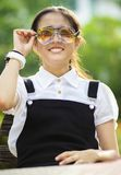 Жизнерадостный азиатский подросток нося 2 из стекел глаз Стоковая Фотография
