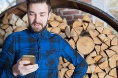 Жизнерадостный бизнесмен беседуя на телефоне клетки стоковая фотография rf