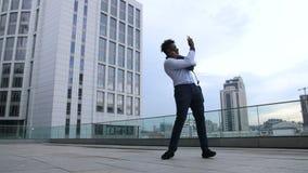 Жизнерадостный бизнесмен празднуя успех outdoors акции видеоматериалы