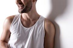 Жизнерадостный бородатый парень усмехается стоковое фото