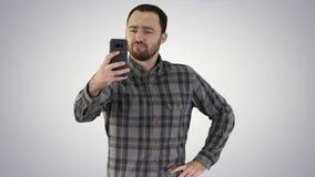 Жизнерадостный бородатый человек принимая selfie на предпосылке градиента видеоматериал
