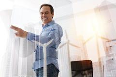 Жизнерадостный гражданский инженер стоя в офисе Стоковое Изображение