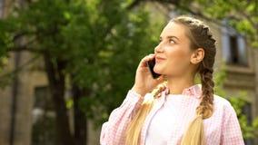 Жизнерадостный девочка-подросток говоря на смартфоне, хорошем мобиль стоковые изображения rf