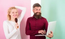 Жизнерадостный дуэт Волосы микрофона щетки волос петь женщины подготавливают для модернизации волос Парикмахер показывает его пор стоковая фотография rf