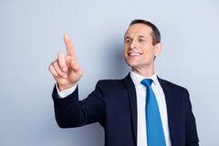 Жизнерадостный, корпоративный, исполнительный человек в официально носке с havin связи стоковая фотография rf