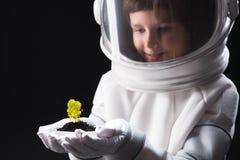 Жизнерадостный космонавт ребенк curios смотрит другой организм стоковое фото rf