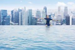 Жизнерадостный маленький ребенок в бассейне стоковые фотографии rf