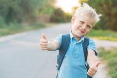 Жизнерадостный мальчик дает большие пальцы руки-вверх Стоковая Фотография RF