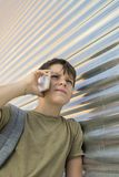 Жизнерадостный мальчик используя мобильный телефон стоковое фото rf