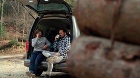 Жизнерадостный мальчик и его чай папы выпивая во время отключения весны сток-видео