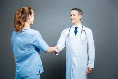 Жизнерадостный медицинский работник приветствуя его коллеги Стоковые Изображения