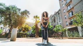 Жизнерадостный молодой курчавый бразильский outdoors женщины, Барселона, Испания стоковое фото