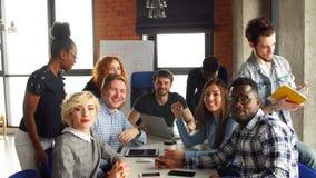 Жизнерадостный молодой экипаж представляя новый проект дела Подлинная startup концепция дела акции видеоматериалы
