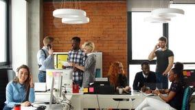 Жизнерадостный молодой экипаж представляя новый проект дела Подлинная startup концепция дела видеоматериал