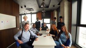 Жизнерадостный молодой экипаж представляя новый проект дела Подлинная startup концепция дела сток-видео