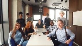 Жизнерадостный молодой экипаж представляя новый проект дела Подлинная концепция дела запуска сток-видео