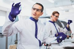 Жизнерадостный мужск человек работая в лаборатории Стоковые Изображения RF