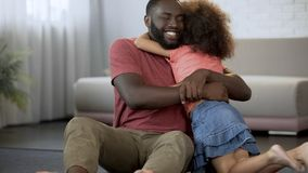 Жизнерадостный отец обнимает лелеянную дочь, превосходное отношение в семье стоковое фото rf
