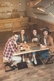 Жизнерадостный парень и девушки говоря в столовой Стоковое Фото
