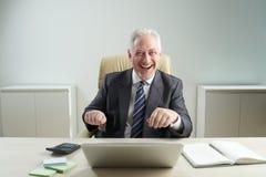 Жизнерадостный постаретый бизнесмен стоковые фотографии rf