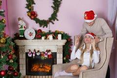 Жизнерадостный праздник рождества счастливое Новый Год Поздравления и подарки Рождество, Стоковые Изображения RF
