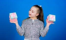 Жизнерадостный ребенок Жизнерадостная маленькая девочка с подарком Небольшая девушка с присутствующей коробкой День рождественски стоковое изображение