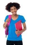 Жизнерадостный студент совсем установлен для того чтобы присутствовать на ее типах стоковая фотография rf