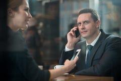 Жизнерадостный человек беседуя чернью в кафе Стоковые Изображения RF
