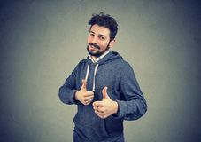 Жизнерадостный человек возбужденный при выигрыш показывая большие пальцы руки вверх Стоковые Фотографии RF