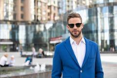 Жизнерадостный человек в элегантном костюме на улице Стоковые Фотографии RF