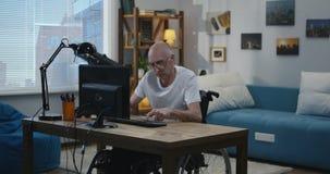Жизнерадостный человек отключения на компьютере сток-видео