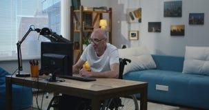 Жизнерадостный человек отключения на компьютере акции видеоматериалы