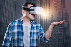 Жизнерадостный человек смотря мир в его современном приборе Стоковое Изображение RF