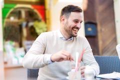 Жизнерадостный человек с кофейной чашкой Стоковое Изображение RF