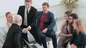 2 жизнерадостных бизнесмена тряся руки пока Стоковая Фотография