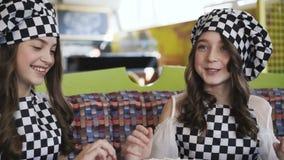 2 жизнерадостных девушки в форме варя пиццу на мастерском классе в кафе 4K акции видеоматериалы