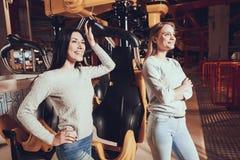 2 жизнерадостных девушки имея потеху на парке атракционов Стоковая Фотография