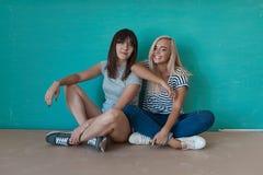 2 жизнерадостных девушки наслаждаются каждыми другими компания Стоковые Фотографии RF