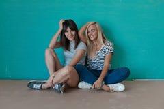 2 жизнерадостных девушки наслаждаются каждыми другими компания Стоковая Фотография RF