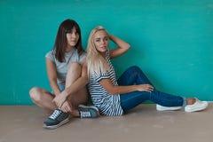 2 жизнерадостных девушки наслаждаются каждыми другими компания Стоковое Изображение RF