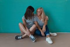 2 жизнерадостных девушки смотря друг к другу Стоковое фото RF