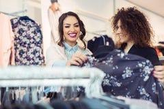 2 жизнерадостных девушки ходя по магазинам для одежд Стоковая Фотография RF