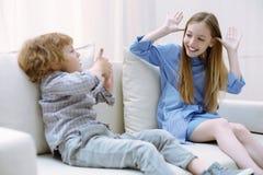 2 жизнерадостных дет имея потеху совместно Стоковые Изображения RF