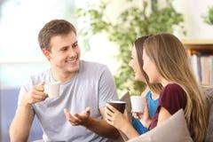 3 жизнерадостных друз говоря дома Стоковое Фото
