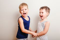 2 жизнерадостных мальчика играют совместно, проводят руки и клекот Стоковые Фото