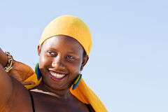 Жизнерадостная африканская женщина наслаждаясь жизнью Стоковые Фотографии RF